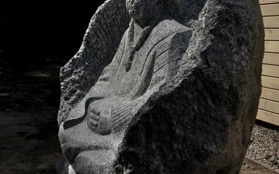 Sēdošā cilvēka figūra, profila rakursā.
