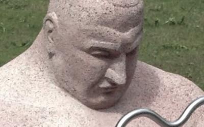 Skulptūra ar spēkavīra portretisko līdzību.