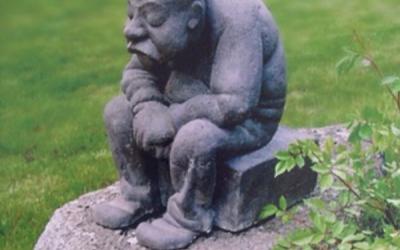 Skulptūra, kas izraisa smaidu. Arī šāds var būt mērķis un pieprasījums, veidojot kapa pieminekli. Laba karikatūra, padarīs pieminekļa veidolu sirsnīgu un mīļu.