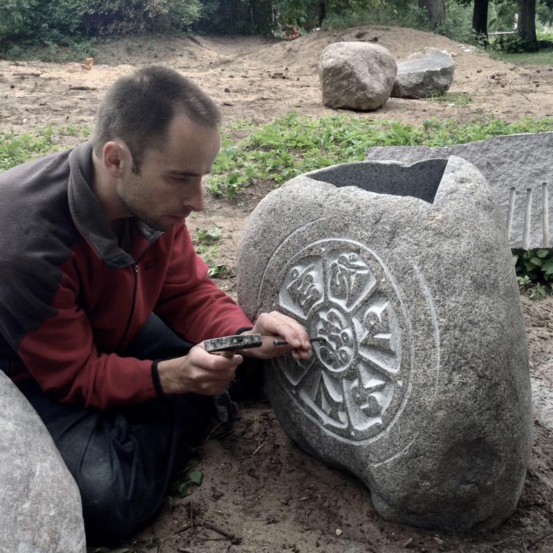 Zīmju akmens ar gravētiem budistu simboliem