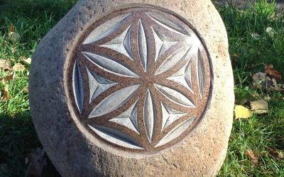 Pulēta, matēta un neskarta akmens virsma - labs contrasts, labs reljefs vienmēr izceļ zīmes līnijas un saglabā tās izteiksmību.