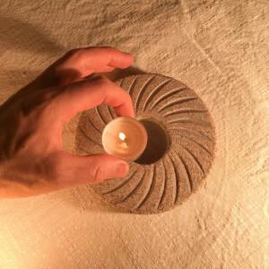 Izvēlamies drošus suvenīrus! Lai gan reizēm dzirdu sakām, ka akmens svečturi var uzmest uz kājas, tomēr tas ir stabils un pilnīgi ugunsdrošs un ilgspēlējošs.