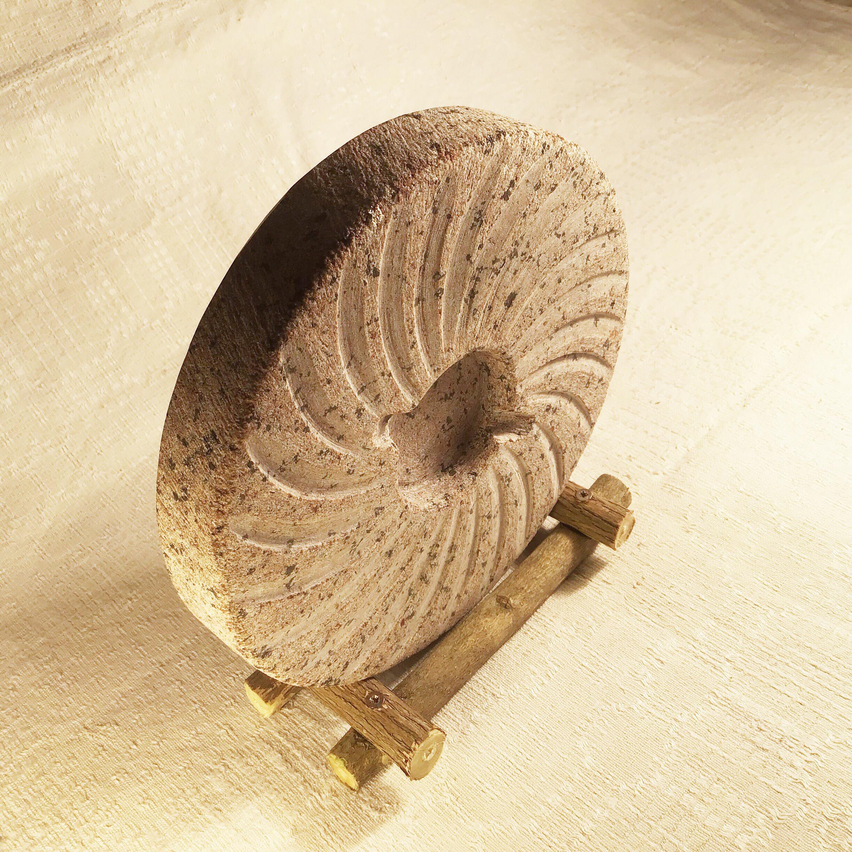 Patīkamā izmēra un vieglā svara dēļ šis , kā reiz, ir Latvijas akmens kas var doties uz jebkuru zemi un ceļot pa pasauli lidmašīnas bagāžā.