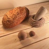 Šādi Latvijas laukakmens pārvēršas praktiskā instrumentā, kas sasmalcina piparus, garšaugus un zālītes.