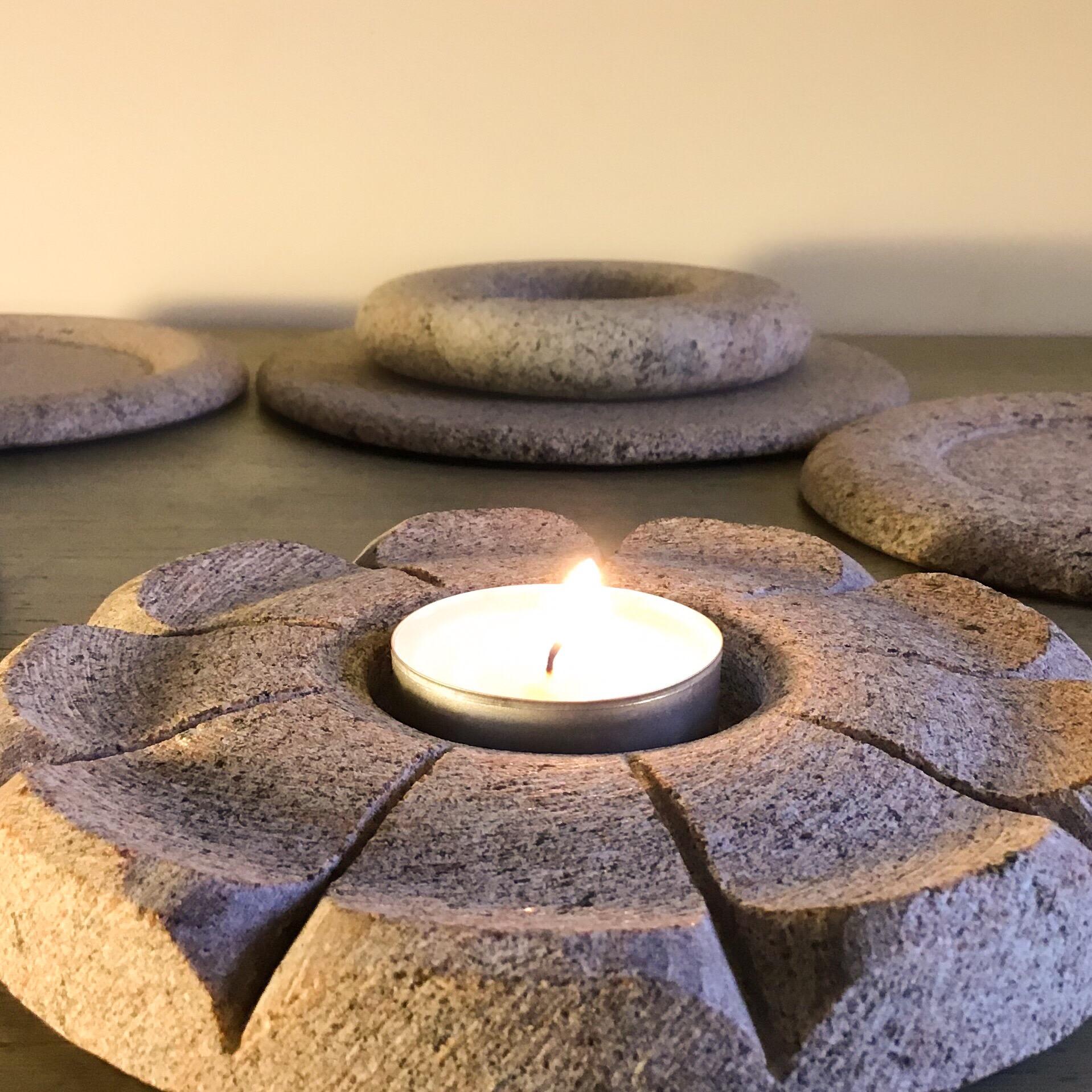Plastiskā ziedlapiņu forma, dod īpašu gaismas spēli tumsas apgaismojumā, kad sveces gaisma izgaismo pašu svečturi.