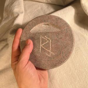 Lai akmens dekors neaizņem galda virsmu ikdienā, to iespējams pakarināt pie sienas. Katram darbam aizmugurē mākslinieks atstāj savus iniciāļus.