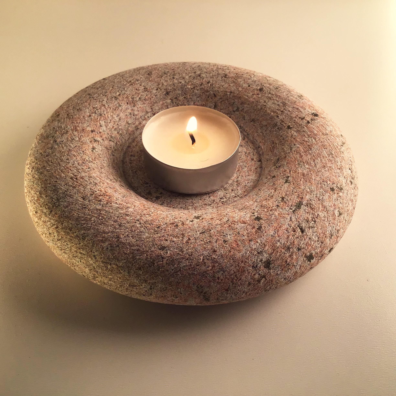 Formas askētisms Izceļ Latvijas granīta akmens skaistumu, kā arī sniegputenim slīpo faktūru.