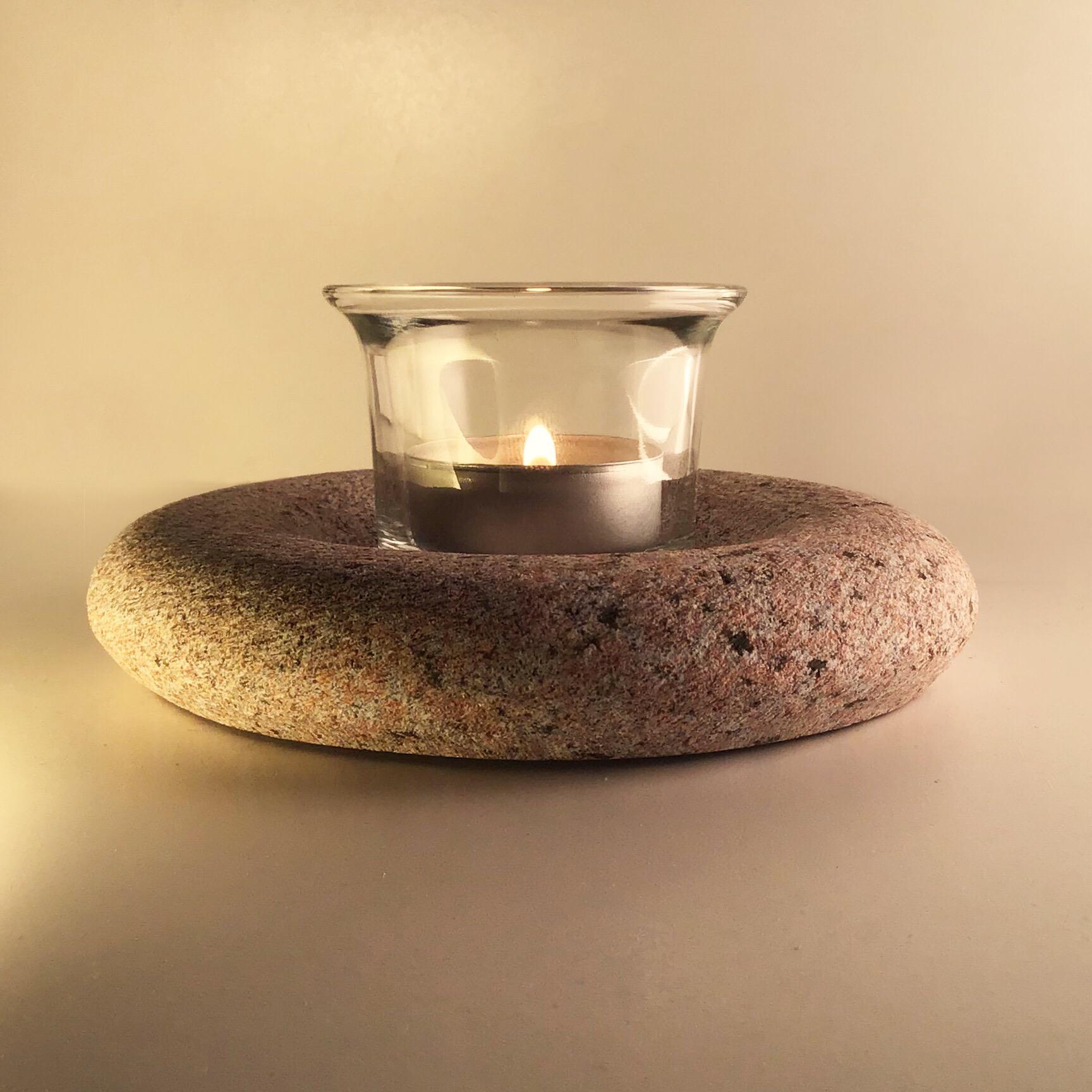 Labi kombinējams kopā ar stikla glāzīti, kas tēja sveci padara arī vējā lietojamu.