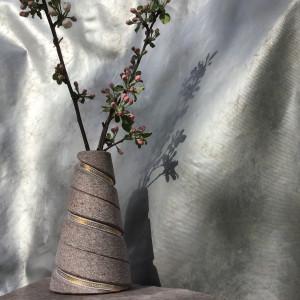 Lentes spīdums padara akmeni greznāku. Vāze vienlīdzlabi izmantojama arī kā svečturis.