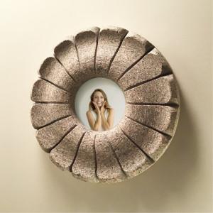 Centrbēdzes ziedlapas izceļ zieda centrā esošo foto, kas ir maināms, pie sienas liekams, vai arī novietojams uz speciāli izveidota koka statīva.