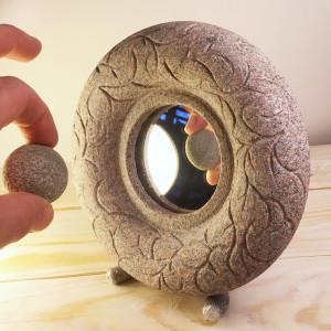 Akmens rāmis ar brīvas rokas gravējumu. Sirsnīgs objekts ar retro piesitienu.