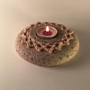 Tamborētais raksta greznums labi izceļas uz askētiskā virpotā akmens oļa. Akmens faktūra ir vizuāli radniecīga dzijas materiālam.