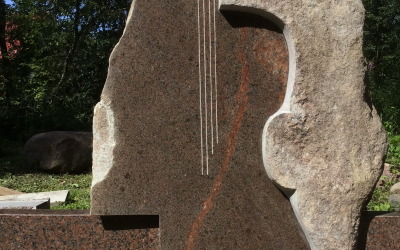 Stilizēts piemineklis ar mūzikas tematiku. Elegantas plūdlīnijas, telpiska kompozīzija