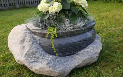 Puķu pods  izveidots maksimāli saglabājot dabīgā akmens skaistumu, kā arī nopulējot izceļ un padara kontrastainu tā iekšējo struktūru.