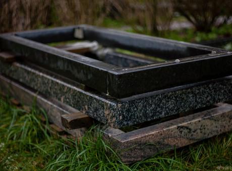 Granīta kapu kopiņu apmalītes.