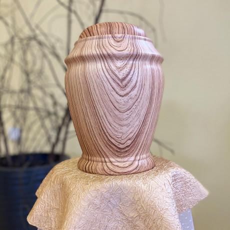 Dolomīta un porcelāna dekoratīvas urnas.