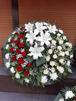 Bēru vainags ar baltam un sarkanām rozēm