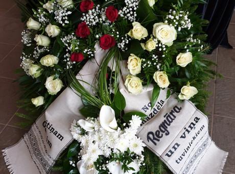 Bēru vainags ar dažādām ziediem