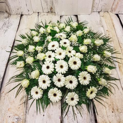 Sēru vainags, sēru floristika, štrauss, vainags ziedu aģentūra - Sēru vainags no baltām gerberām, baltām Subati rozēm un eksotiskiem zaļumiem