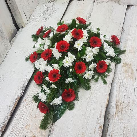 Štrauss, sēru floristika, Sēru vainags, vainags ziedu aģentūra - Štrauss no baltām krizentemām, sarkanām gerberām, egļu skujām un  eksotiskiem zaļumiem