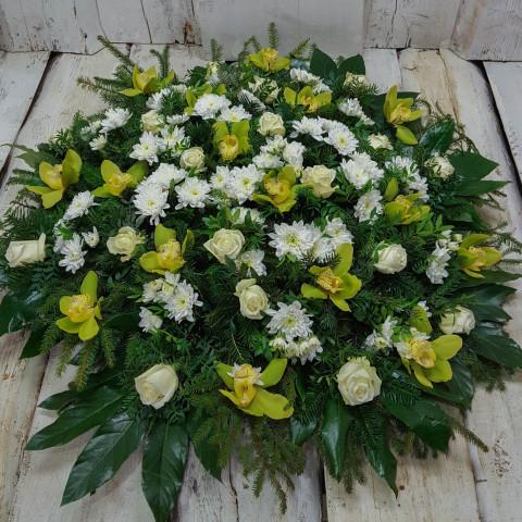Sēru vainags, sēru floristika, štrauss, vainags ziedu aģentūra - Sēru vainags no baltātam krizentēmām, baltām Subati rozēm, grieztām orhidejām, egļu skujam un eksotiskiem zaļumiem