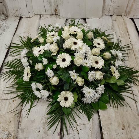 Sēru vainags, sēru floristika, štrauss, vainags ziedu aģentūra - Sēru vainags no baltām krizentemām, gerberām, krēmīg baltam Subati rozēm un eksotiskiem zaļumiem