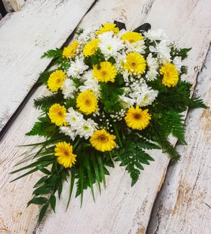 Štrauss, sēru floristika, Sēru vainags, vainags ziedu aģentūra - Štrauss no baltām krizentemām, dzeltenām un  eksotiskiem zaļumiem
