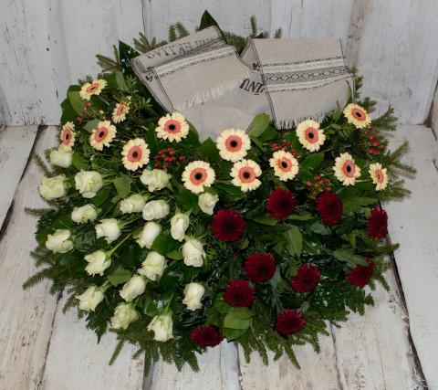 Sēru vainags, sēru floristika, štrauss, vainags ziedu aģentūra - Sēru vainags no krēmīg oranžām gerberām, sarkanām krizentēmām, baltām Subati rozēm un eksotiskiem zaļumiem