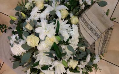 Sēru-vainags ar baltām lillijām un rozem.jpg