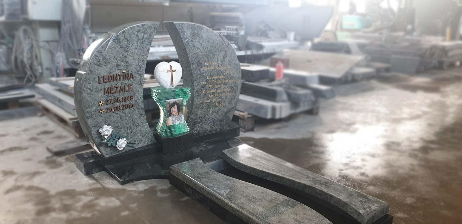 Памятник и полузакрытое надгробие из черного и зеленого гранита