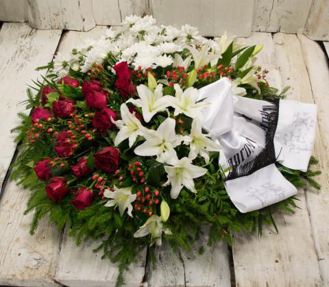 Sēru vainags, sēru floristika, štrauss, vainags ziedu aģentūra - Sēru vainags no baltātam krizentemam, lillijam, sarkanām Subati rozēm un eksotiskiem zaļumiem