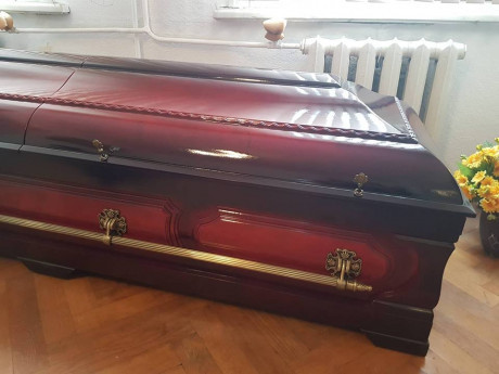 Pulēts zārks-sarkofāgs