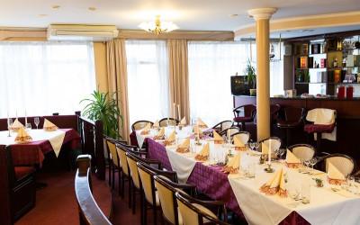 Bēru mielasts galda klāšana Aleksandrs restorāns