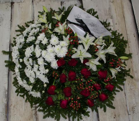 Sēru vainags, sēru floristika, štrauss, vainags ziedu aģentūra - Sēru vainags no baltām krizentemam, lillijām, sarkanam Subati rozēm un eksotiskiem zaļumiem