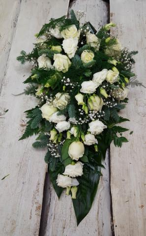 Štrauss, sēru floristika, Sēru vainags, vainags ziedu aģentūra - Štrauss no baltām lizantēm,  baltām Subati rozēm, egļu skujām un  eksotiskiem zaļumiem