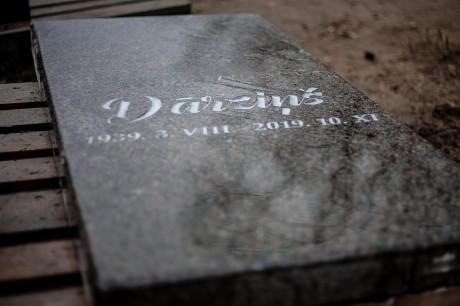 Granīta kapu kopiņas plāksne.