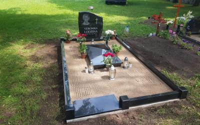 Granīta sētiņa, kapa vietas labiekārtošana, granīta slēgtā apmale, kapu piemineklis ar portretu.