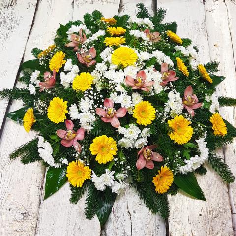 Sēru vainags, sēru floristika, štrauss, vainags ziedu aģentūra - Sēru vainags no dzeltenām gerberām, baltām krizentemām, grieztām orhidejām, egļu skukām un eksotiskiem zaļumiem