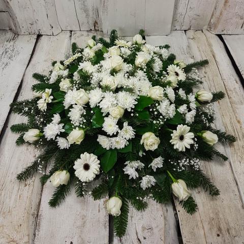 Sēru vainags, sēru floristika, štrauss, vainags ziedu aģentūra - Sēru vainags no baltām krizentemam, gerberām, baltām Subati rozēm, egļu skujām un eksotiskiem zaļumiem