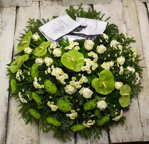 Sēru vainags, sēru floristika, štrauss, vainags ziedu aģentūra - Sēru vainags no baltām Subati rozēm, eksotiskiem ziediem un zaļumiem