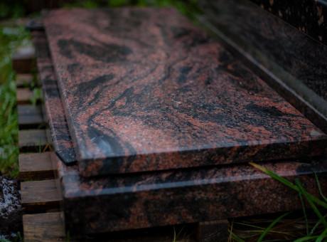 Granīta kapu kopiņa ar plāksni.