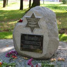 Piemiņas akmens vecās ebreju kapsētas vietā