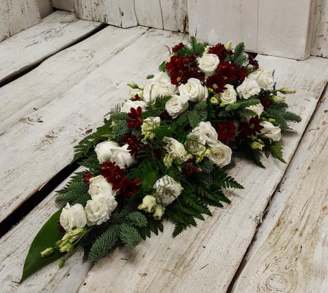 Štrauss, sēru floristika, Sēru vainags, vainags ziedu aģentūra - Štrauss no sarkanām krizentemām, baltām lizantēm,  baltām Subati rozēm, egļu skujām un  eksotiskiem zaļumiem