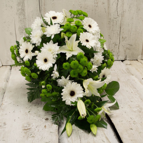 Štrauss, sēru floristika, Sēru vainags, vainags ziedu aģentūra - Štrauss no baltām gerberām, lillijām un eksotiskiem zaļumiem