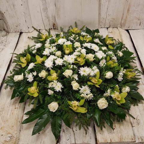 Sēru vainags, sēru floristika, štrauss, vainags ziedu aģentūra - Sēru vainags no grieztām orhidejām, baltām krizentēmām, baltām Subati rozēm, egļu skujam un eksotiskiem zaļumiem